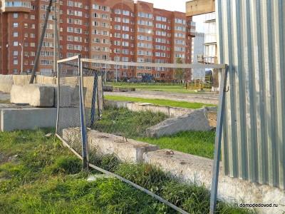 """""""Гранд Авион"""" Кеми Финанс. Забор вдоль улицы Советской."""