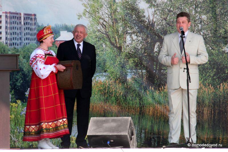 Л.П.Ковалевский поздравляет домодедовцев