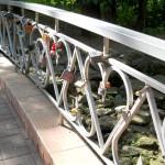 Мост с замками на аллее молодоженов