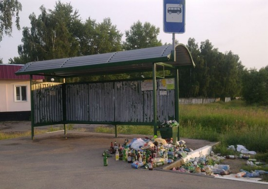Мусор на остановке в Ильинском