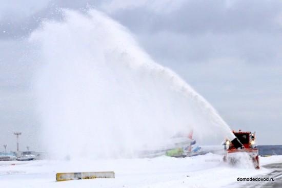 Уборка снега в аэропорту Домодедово