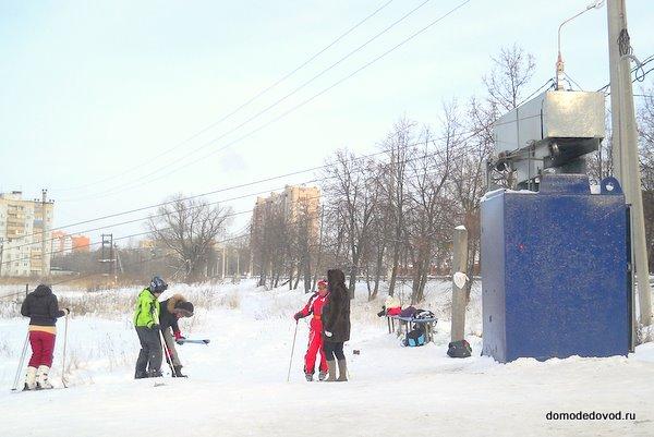 Подъемник на склоне на берегу Рожайки в Домодедово