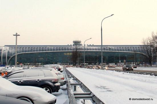 Аэропорт Домодедово, посередине возвышается башня КДП