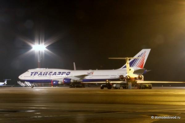 Самолеты в аэропорту Домодедово ночью