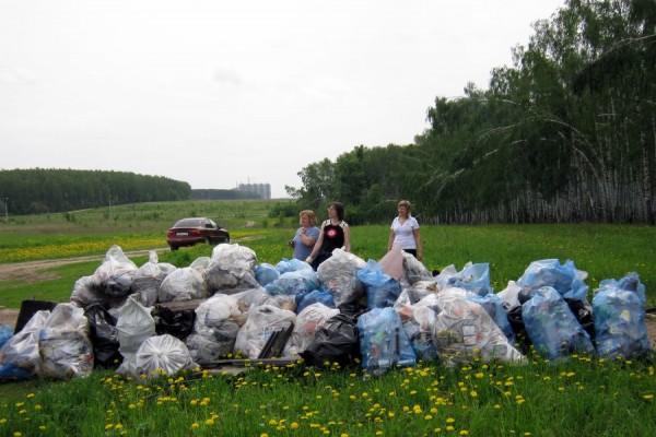 Собранный мусор около леса