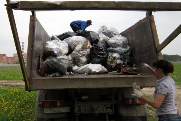 Погрузка мусора в самосвал
