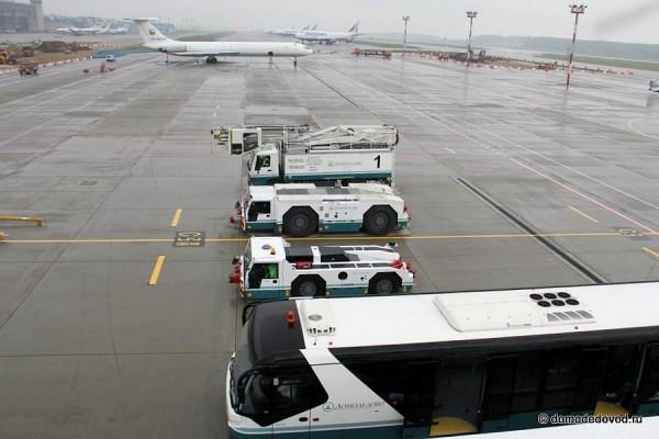 Техника аэропорта Домодедово. Вид с автолифта