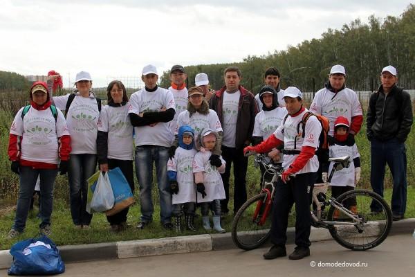 Участники Субботника по уборке мусора в Домодедово