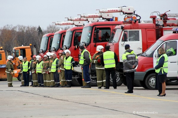 Пожарно-спасательные расчеты в аэропорту Домодедово