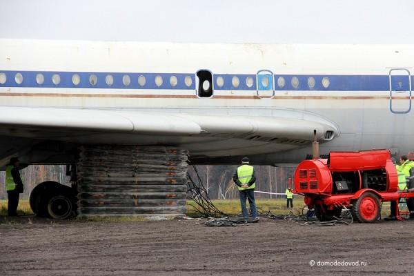 Самолет приподнят