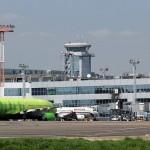 Фотобанк: Московский аэропорт Домодедово. Самолеты на фоне аэровокзального комплекса.