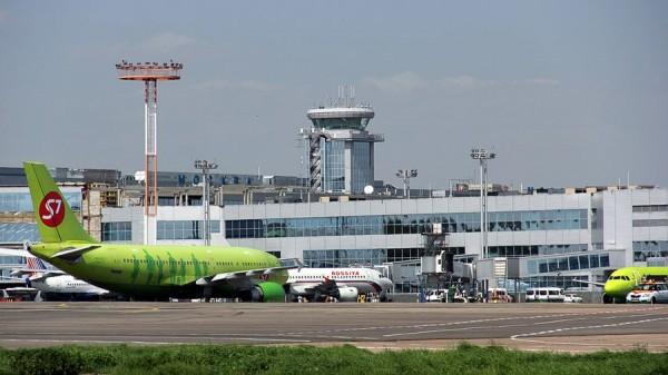 Московский аэропорт Домодедово. Самолеты на фоне аэровокзального комплекса.
