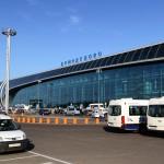 Фотобанк: Московский аэропорт Домодедово. Аэровокзальный комплекс. Такси перед аэропортом.