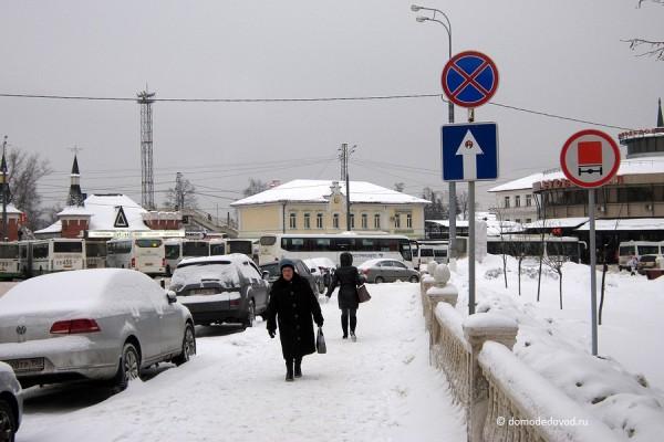 Домодедово. Машины паркуются под знаком «Остановка запрещена» (3)