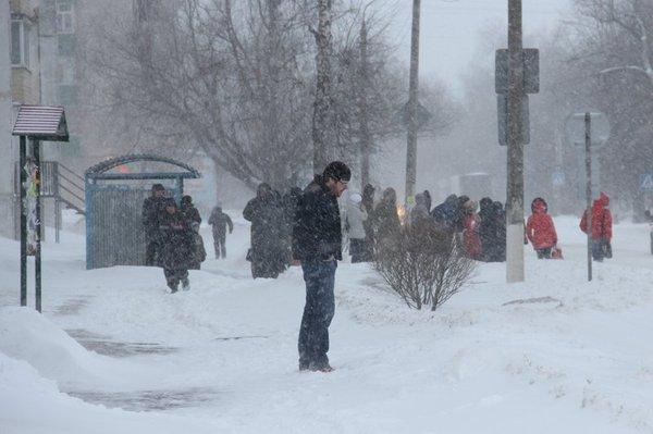 Улица Гагарина. Люди ждут маршрутку