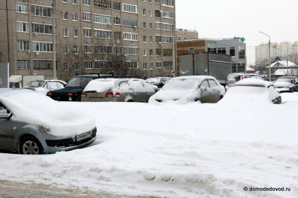 Многие оставили машины около дома