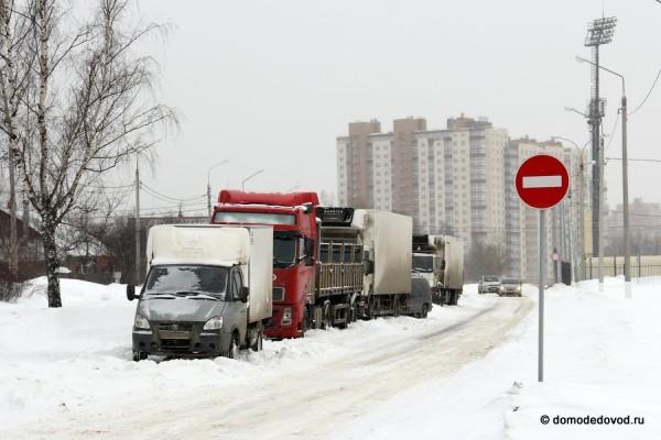Грузовики мешают проезду и уборке снега