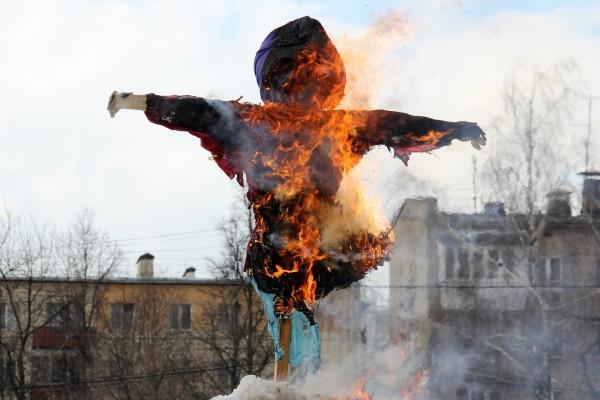 Сожжение чучела перед зданием администрации городского округа Домодедово