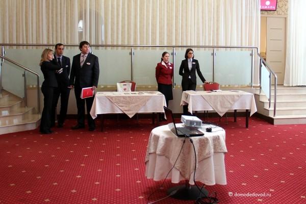 Сотрудники отеля встречают гостей
