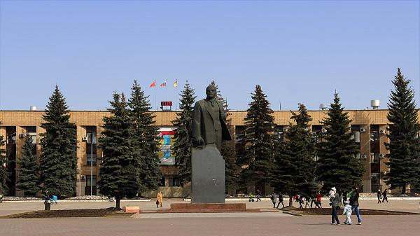 Здание администрации городского округа Домодедово на площади 30-летия Победы и памятник Ленину