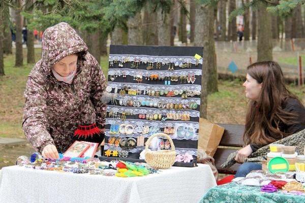 Мастера сами продавали свои изделия ручной работы. Это и различные украшения, и бижутерия, и многое другое.