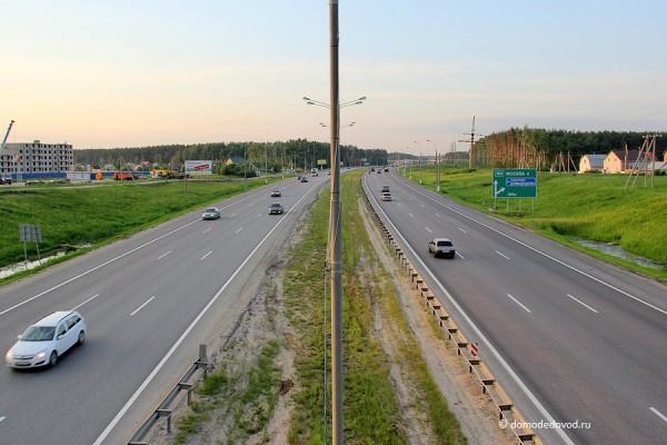 М4. Слева Южное Домодедово, справа Новое Домодедово