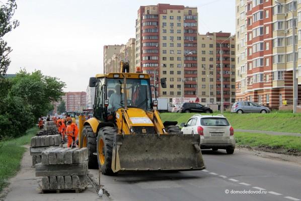 Ремонт дороги на улице Кирова. Трактор