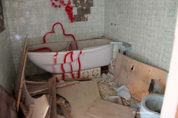 Разрушенное помещение в усадьбе Константиново.