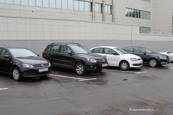Стоянка прокатных автомобилей около фабрики бортпитания