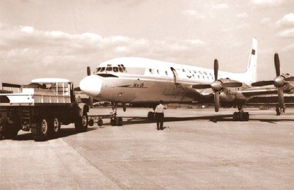 Буксировка самолета Ил-18