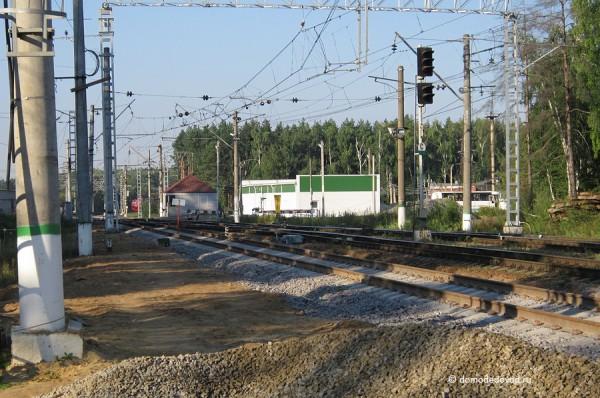 Железнодорожные пути около платформы на станции Авиационная