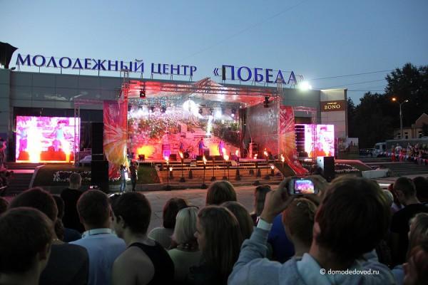 Праздничный концерт перед молодежным центром «Победа»