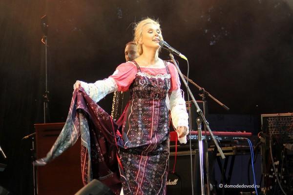 Драматический момент: Пелагея рвет платье на концерте, посвященном Дню города Домодедово и Дню Воздушного Флота