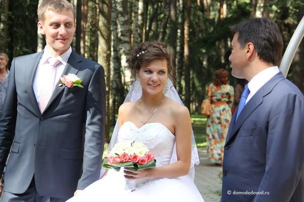 Молодожены принимают поздравления Андрея Воробьева и Леонида Ковалевского