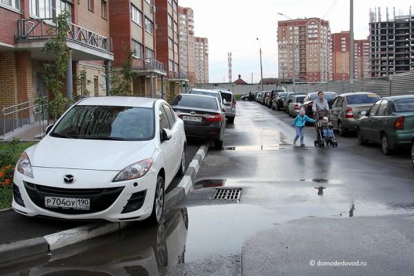 Жители не могут пройти по тротуару и вынуждены идти по проезжей части