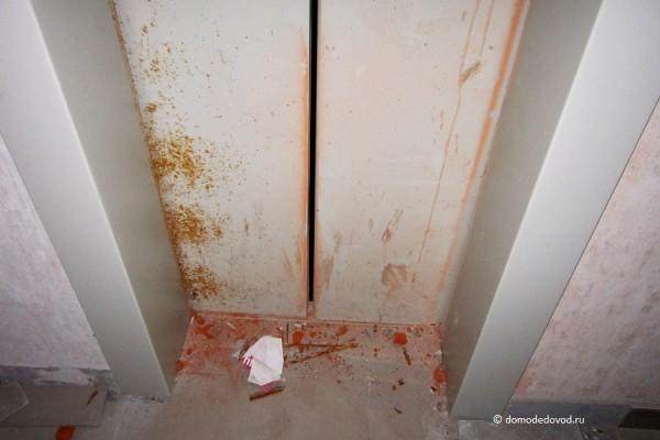 Местами двери лифта изрядно поржавели