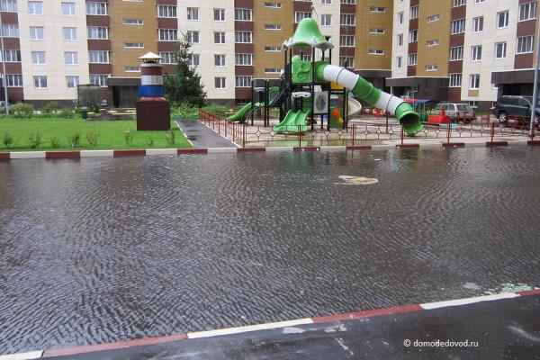 Во дворе на острове расположена детская площадка