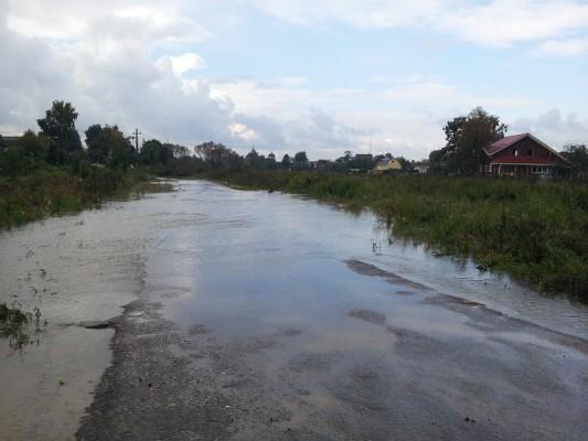 Вода  уже в скором времени размоет дорогу в Буняково