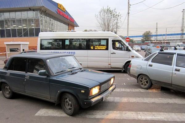 Шлагбаум на пешеходном переходе в Домодедово