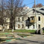 Дом под снос в жилпоселке и площадка перед ним