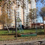 Огороженная старая детская площадка