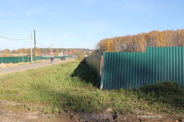 Слева от дороги на Никитское строятся дома, справа будет паркинг
