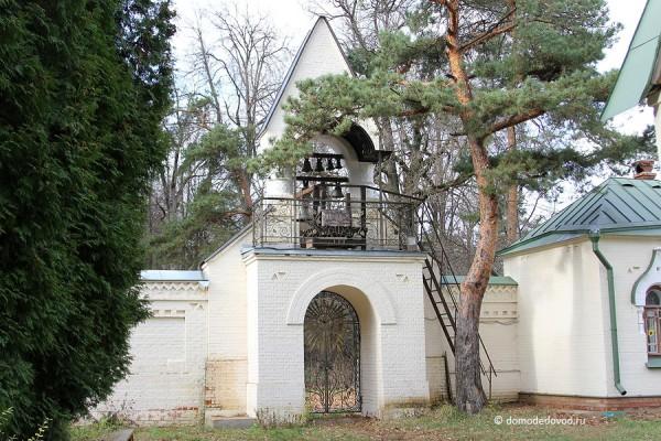 Колокольная звонница над вратами ограды монастыря