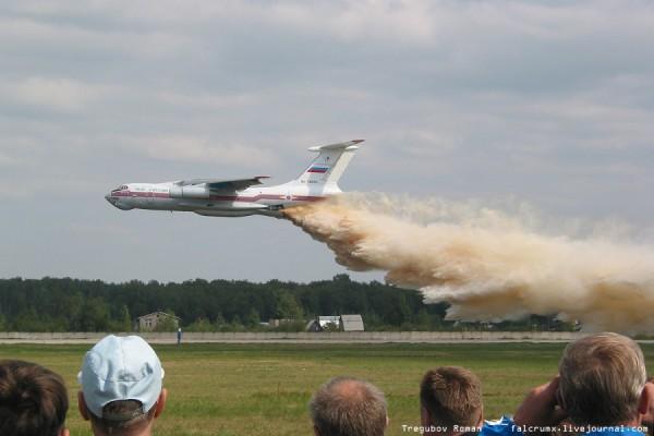 МЧС проводит демонстрацию пожаротушения с самолета