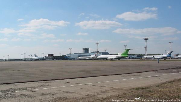 Блин, какой пустой аэродром, по сравнению с нашим временем и какой маленький еще терминал аэропорта! Кстати совершенно новый, его только отстроили и еще даже не достроили до конца!