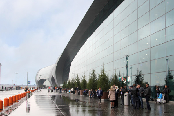Новый внешний вид привокзальной площади аэропорта Домодедово