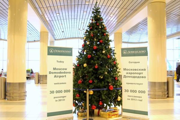 Новогодняя красавица в здании аэровокзала