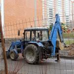 Трактор во дворе дома на ул. Текстильщиков