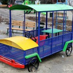Детская машина на площадке