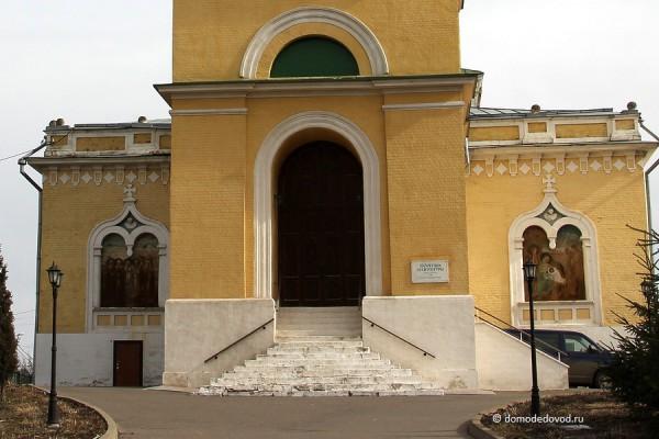 Центральный вход в никольскую церковь